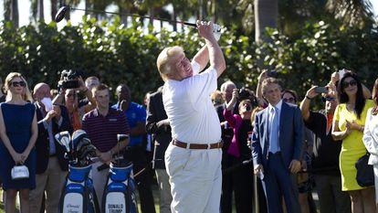 Donald Trump joga golfe em um campo de Doral, na Flórida, em uma imagem de arquivo.
