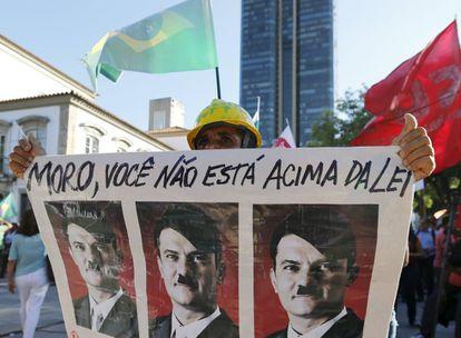 Homem leva cartaz contra Sergio Moro em protesto anti-impeachment no dia 18, no Rio de Janeiro.