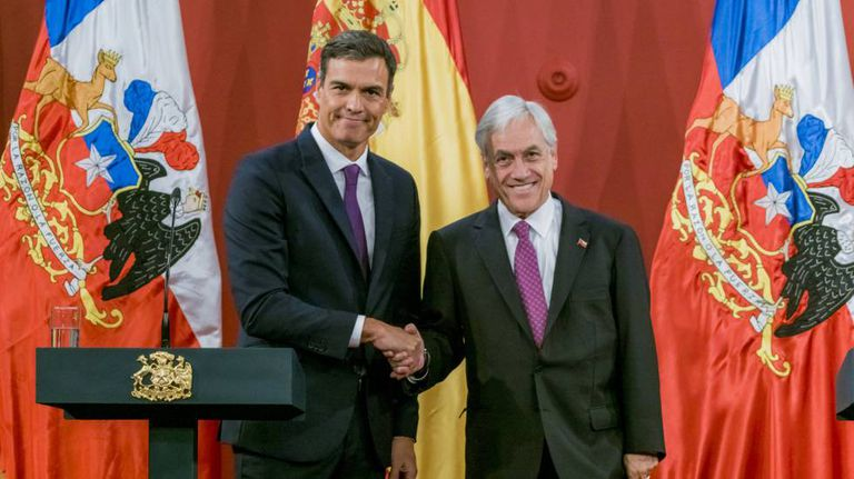 Pedro Sánchez (esq.) e o presidente do Chile, Sebastián Piñera, nesta segunda-feira