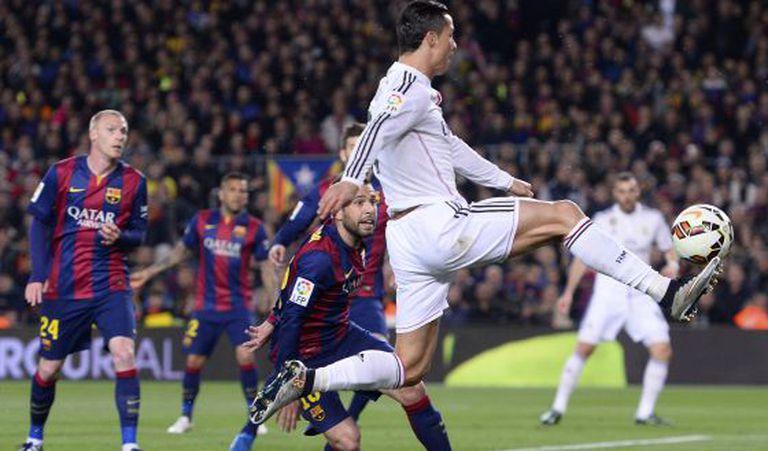 Cristiano chuta diante de Jordi Alba no último Barça X Madrid.