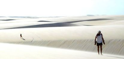 Dois turistas nas dunas dos Lençóis Maranhenses.