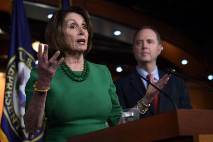 A democrata Nancy Pelosi, presidenta da Câmara de Representantes, e o deputado Adam Schiff, em outubro de 2019, em Washington.