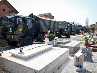 Comboios do exército italiano de Bergamo transportam os corpos dos mortos devido ao coronavírus ao cemitério de Ferrara.