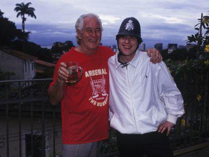 Ronald Biggs com o cantor Shaun Ryder, do grupo inglês Happy Mondays, em 1990.