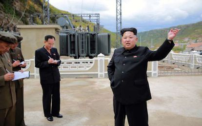 Imagem não confirmada disponibilizada pela agência norte-coreana KCNA, que mostra a Kim Jong-um na obra de uma usina de energia elétrica.