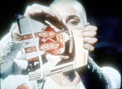 Sinéad O'Connor rasga a foto de João Pablo II em outubro de 1992 no programa de televisão 'Saturday Night Live'.