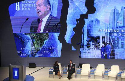 O presidente da Dow Chemical, Andrew N. Liveris (dir.), no Fórum de Investimento e Negócios da Argentina.