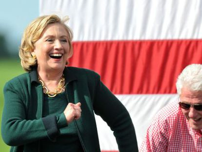 Hillary Clinton em Iowa, no domingo, junto de Bill Clinton.
