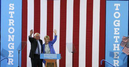 Clinton e Sanders, em ato nesta terça.