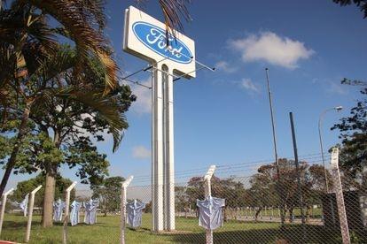 Trabalhadores demitidos da fábrica da Ford em Taubaté deixaram as camisas do uniformes penduradas na entrada do local, como forma de protesto.