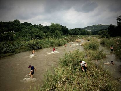 Um grupo de imigrantes centro-americanos toma banho no rio Lagarteros, em Chiapas.