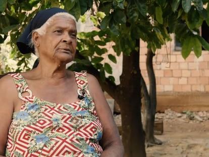 Dona César Santana, cozinheira natural de Minas, reflete sobre a infância em depoimento ao Museu da Pessoa.