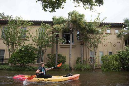Mulher usa caiaque na inundação de Jacksonville, no norte da Flórida