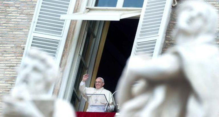 O Papa Francisco aparece na janela na praça São Pedro no Vaticano neste domingo.