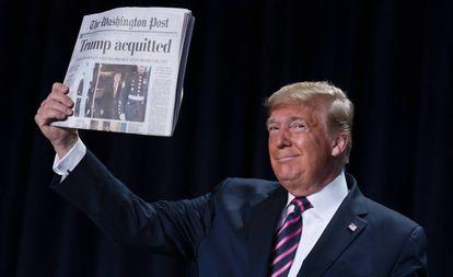 Trump mostra a primeira página do 'The Washington Post' desta quinta-feira.