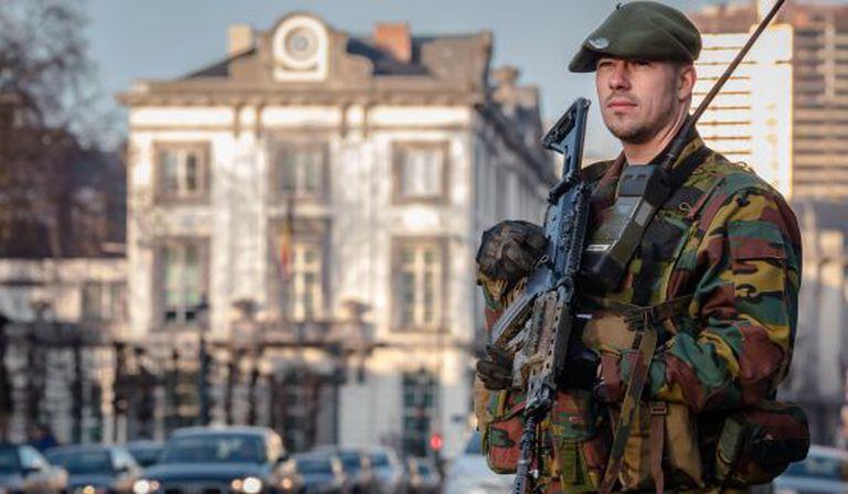 Militar belga custodia a residência do primeiro-ministro, no centro de Bruxelas.