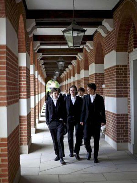 Alunos do prestigioso colégio particular britânico Eton.