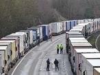 Miles de transportistas atrapados en la autopista M-20, camino del puerto británico de Dover, este jueves.