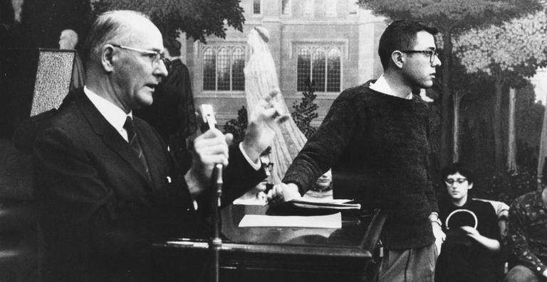 Bernie Sanders, ainda adolescente, num protesto contra a segregação racial na Universidade de Chicago, em janeiro de 1960.