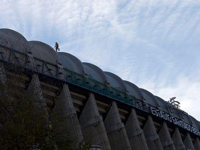 Uma pessoa trabalha no teto do Bernabéu.