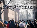 Visitantes en la entrada del antiguo campo de concentración de Auschwitz I, este sábado.