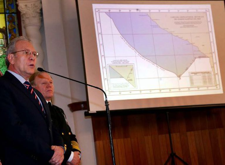 O ministro de Exteriores peruano expõe o mapa fronteiriço