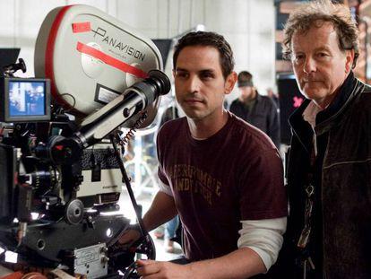 Greg Berlanti (esquerda) e o diretor de fotografia Andrew Dunn na filmagem de ' Juntos Pelo Acaso'. / VÍDEO: Cinco séries de Berlanti.