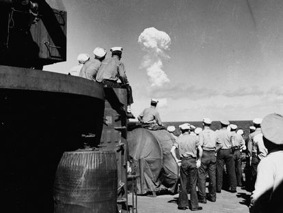 Militares observam o teste nuclear Able, em 1o. de julho de 1946, no atol de Bikini.