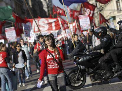 Sindicatos de oposição iniciaram uma greve de 36 horas na quarta.