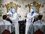 Barberos protegidos contra el coronavirus en Dhaka.
