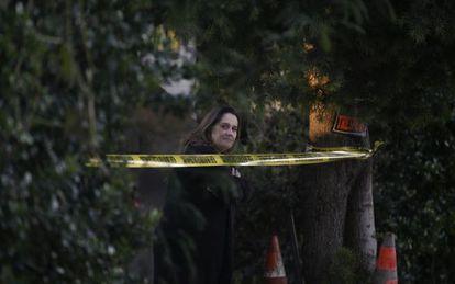 Mulher se aproxima da área onde a polícia de San Bernardino capturou os suspeitos.