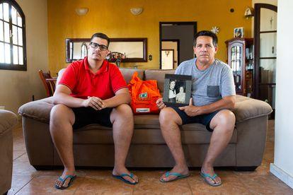 Wilson Reis (D), funcionário aposentado da Petrobras, ao lado do filho Vinícius.