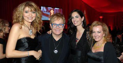 Gulnara Karimova ao lado de Elton John em 2010.