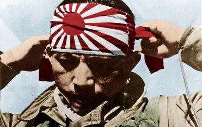 Un piloto suicida japonés se coloca el pañuelo ceremonial antes de su misión.