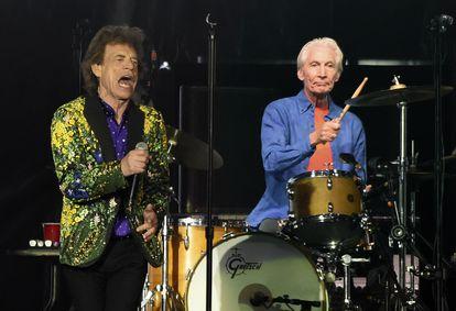 Charlie Watts se apresenta ao lado de Mick Jagger, durante um show no Rose Bowl, Pasadena, em 2019.