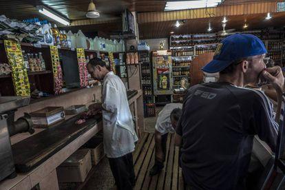Grupo volta ao trabalho em açougue no bairro de Petares, depois de não conseguir abrir ao público por um dia