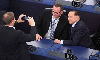 Dois eurodeputados com o ex-premiê italiano Silvio Berlusconi em Estrasburgo.