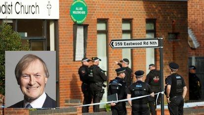 Polícia cerca a Igreja Metodista de Belfairs, onde o congressista David Amess (no detalhe) foi esfaqueado durante uma reunião com cidadãos em Leigh-on-Sea.