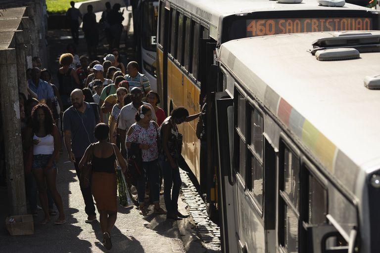 Pessoas fazem fila para entrar no ônibus nesta segunda-feira, 16 de março, no Rio de Janeiro.