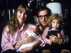 Retrato familiar de Mia Farrow, Woody Allen y sus hijos Satchel (después Ronan) y Dylan realizado a inicios de 1988.