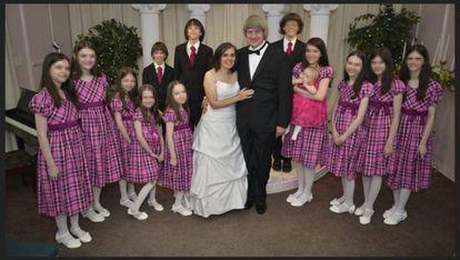 Louise e David Turpin com 12 de seus filhos, em um de seus casamentos em Las Vegas. A foto é do perfil do casal no Facebook.