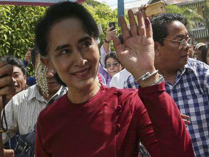 Aung San Suu Kyi cumprimenta partidários em Kawhmu