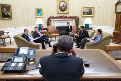 Obama durante conversa por telefone com Raúl Castro no dia 16 de dezembro, no Salão Oval.