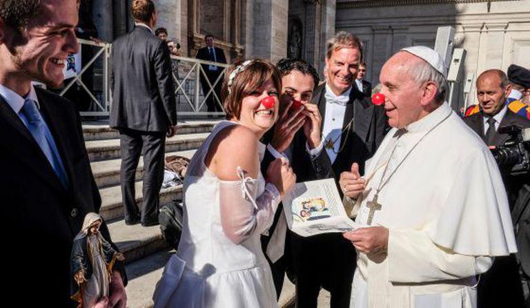 O Papa felicita dois recém-casados que trabalham em uma ONG de palhaços que atua em hospitais.