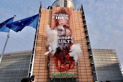 """Ação feita neste mês pelo Greenpeace na sede da Comissão Europeia para criticar o acordo comercial entre a UE e o Mercosul. No cartaz: """"Fogo na Amazônia, Europa culpada""""."""