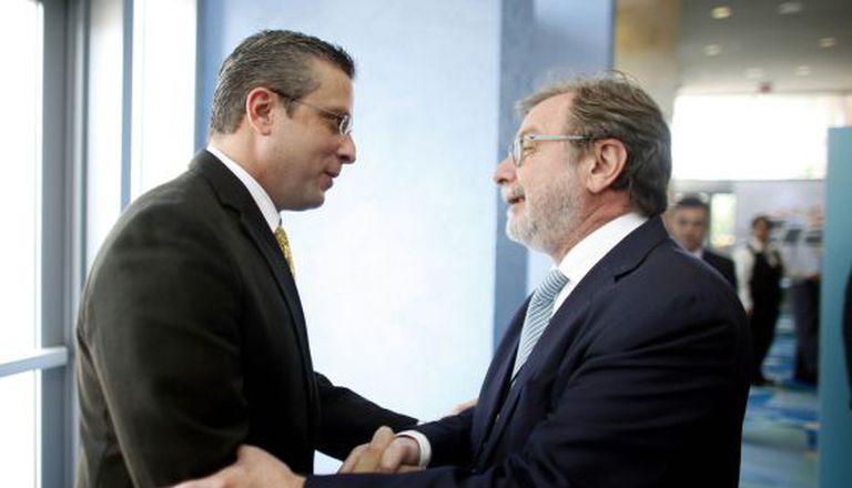 O presidente do El Pais, Juan Luis Cebrian, cumprimenta o governador de Porto Rico, Alejandro Garcia Padilla.