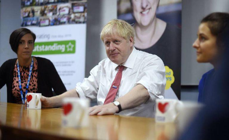 O primeiro-ministro britânico, Boris Johnson, de visita a um hospital em Watford, o 7 de outubro.