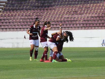Aline Milene comemora o gol da Ferroviária no primeiro jogo da final.