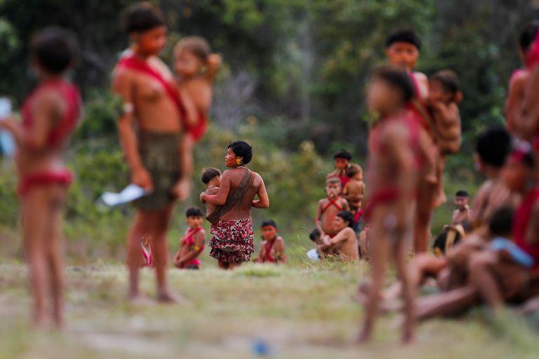 Mães Yanomami com suas crianças em Surucucu, Roraima, em julho de 2020.