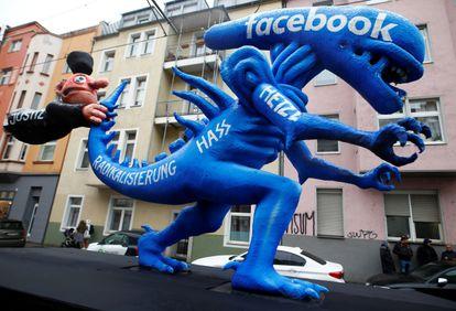 Manifestação em Düsseldorf (Alemanha) em que o Facebook pe criticado  por promover discurso de ódio.